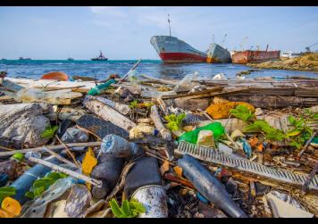 Lixo levado pelas correntes oceânicas encalhado numa praia