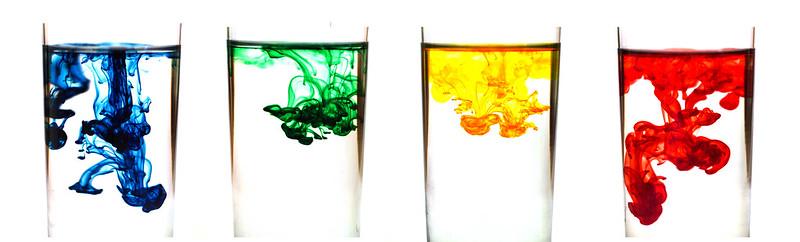 Movimentação das partículas de tinta sobre um solvente