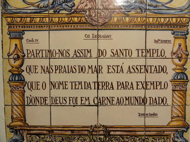 """Azulejo português com trecho de """"Os Lusíadas""""."""